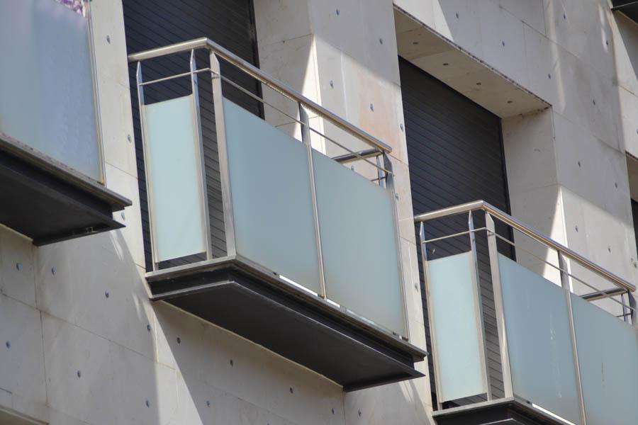 Para balcones interesting proteccin para balcones en for Tipos de toldos para balcones